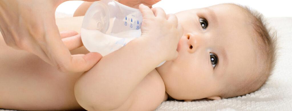 baby aan de flesvoeding