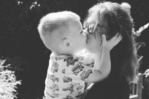 Kind kussen op de mond